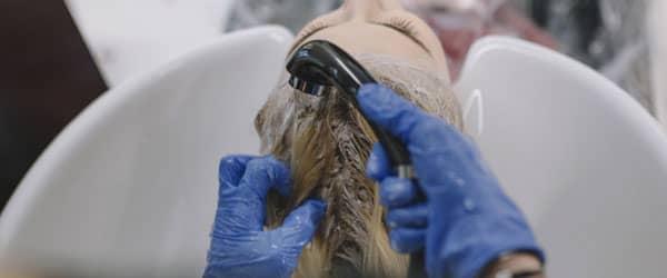 白髪染めで上手く染めるコツ 洗い流す